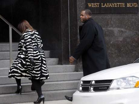 Former Detroit Mayor Kwame Kilpatrick and his wife Carlita enter the federal court house following a break in the closing arguments of his federal corruption trial in downtown Detroit, Michigan February 12, 2013. Foto:  Rebecca Cook / Reuters
