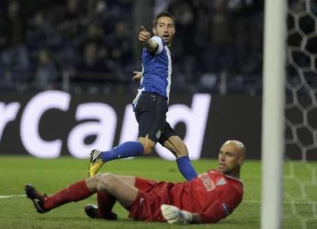 El jugador del Porto, Joao Moutinho, festeja un gol contra el Málaga en la Liga de Campeones el martes, 19 de febrero de 2013, en Porto, Portugal.  Foto: Paulo Duarte / AP