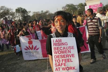"""Varios estudiantes participan en la campaña global para acabar con la violencia contra las mujeres y los niños """"Mil millones de pie"""", en Calcuta. Foto: EFE en español"""