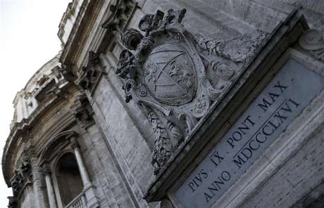 The Vatican emblem is seen from inside the Vatican state February 20, 2013. Pope Benedict's shock resignation has robbed Italians of the one element of certainty in a time of deep doubt, with the country beset by graft scandals and heading for an election that will not bring the radical change so many crave. Foto: Alessandro Bianchi / Reuters