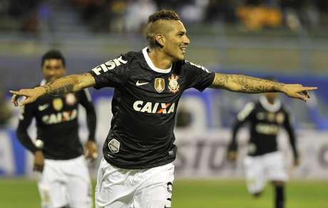 Luego del gol de Guerrero, los aficionados del Corinthians lanzaron muchas bengalas y provocaron la muerte de un menor de dad. Foto: AFP