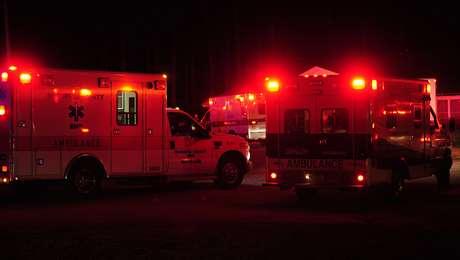 Ambulancias reunidas en Thomson, Georgia, al final de la pista del aeropuerto del condado de Thomson-McDuffie, cerca del sitio donde una avioneta de doble motor a chorro se accidentó la noche del miércoles 20 de febrero de 2012. Foto: AP