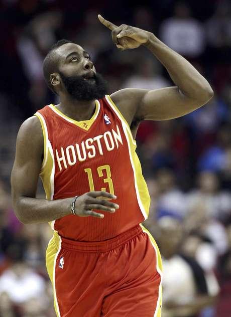 James Harden, de los Rockets de Houston, festeja luego de encestar un tiro de tres puntos en la primera mitad del partido en contra del Thunder de Oklahoma City, el miércoles 20 de febrero de 2013, en Houston. Los Rockets remontaron para ganar 122-119.  Foto: Pat Sullivan / AP