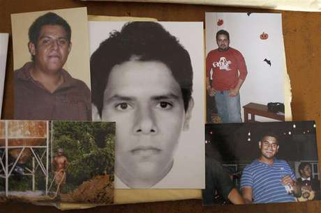 Photographs of five of the six young men abducted by soldiers are seen at a desk in Iguala, in the Mexican state of Guerrero February 20, 2013. Foto: Tomas Bravo / Reuters