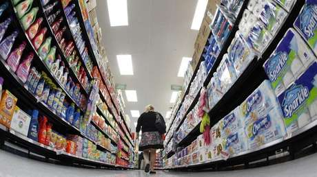 A shopper walks down an aisle in a newly opened Walmart Neighborhood Market in Chicago in this September 21, 2011 file photo. Foto: Jim Young / Reuters