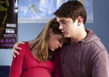 Los actores Scarlett Alice Johnson y Sean Michael Verey protagonizan esta ficción de seis capítulos. Foto: Cosmopolitan TV