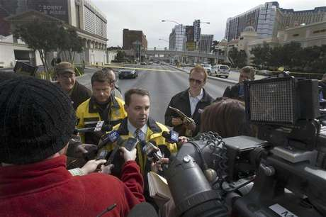 Las Vegas Metro Police Capt. Chis Jones briefs reporters after a shooting and multi-car accident that left three people dead and at least three injured on the Las Vegas Strip in Las Vegas, Nevada early Thursday morning, February 21, 2013. Foto: Las Vegas Sun / Reuters