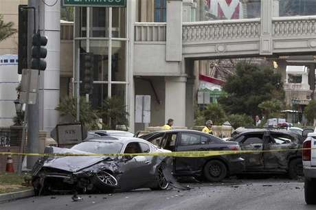 Wrecked cars are seen on Las Vegas Boulevard and Flamingo Avenue as Las Vegas Metro Police investigate a shooting and multi-car accident that left three people dead and at least three injured on the Las Vegas Strip in Las Vegas, Nevada in the early morning February 21, 2013. Foto: Las Vegas Sun / Reuters