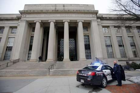 Cambridge police officers stand outside the main buildings of the Massachusetts Institute of Technology (MIT) in Cambridge, Massachusetts, February 23, 2013. Foto: Brian Snyder / Reuters