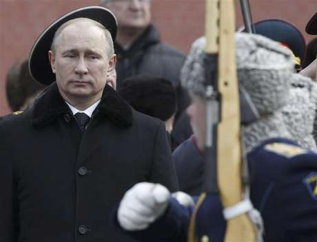 Russian President Vladimir Putin (L) attends a wreath laying ceremony to mark the Defender of the Fatherland Day in Moscow February 23, 2013. Foto: Maxim Shemetov / Reuters