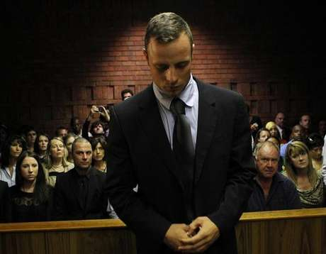 Oscar Pistorius stands in the dock ahead of court proceedings at the Pretoria magistrates court February 22, 2013. Foto: Siphiwe Sibeko / Reuters