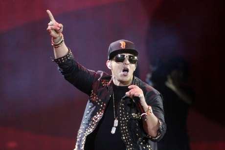 Daddy Yankee después de cantar sale cojeando. Foto: EFE/Getty Images