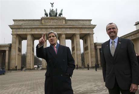 U.S. Secretary of State John Kerry (L) and U.S. Ambassador to Germany Philip Murphy stand in front of the Brandenburg Gate on their way to the U.S. embassy in Berlin February 26, 2013. Kerry arrived in Berlin on Monday, a stop on a nine-nation, 11-day trip that will also take him to Paris, Rome, Ankara, Cairo, Riyadh, Abu Dhabi and Doha before he returns home on March 6. Foto: Fabrizio Bensch / Reuters
