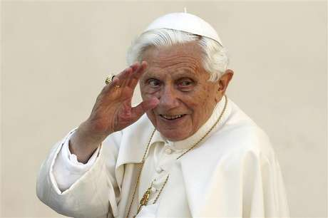 Pope Benedict XVI waves as he arrives to lead the Wednesday general audience in Saint Peter's square, at the Vatican in this October 24, 2012 file picture. Foto: Files / Reuters