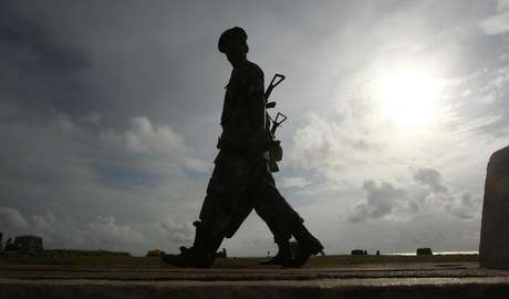 Army soldiers patrol along Galle face green in Colombo August 25, 2011. Foto: Dinuka Liyanawatte / Reuters