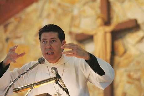 El Padre Alberto Cutié ofrece el sermón en la Iglesia Episcopal de la Resurrección en Miami. Foto: AP