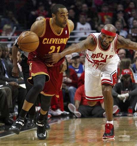 Wayne Ellington, de los Cavaliers de Cleveland, se le escapa a Richard Hamilton, de los Bulls de Chicago, en un rompimiento rápido durante el primer cuarto del partido del martes 26 de febrero de 2013, en Chicago.  Foto: Charles Cherney / AP