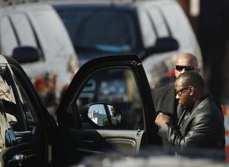 Whitney Houston's ex-husband, Bobby Brown leaves before the start of the funeral service for the pop singer at the New Hope Baptist Church in Newark, New Jersey February 18, 2012. Foto: Lucas Jackson / Reuters