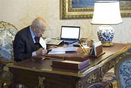 Italian President Giorgio Napolitano checks documents at the Quirinale palace in Rome, December 22, 2012. Foto: Paolo Giandotti / Reuters