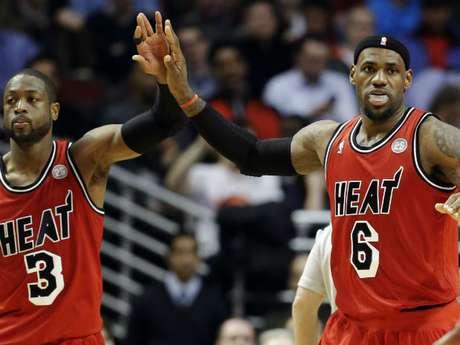 LeBron totalizó 40 puntos, su mayor anotación en la actual campaña, con ocho rebotes y 16 asistencias, este último el mejor registro de su carrera, y Wade terminó con 39 tantos, ocho capturaas y siete servicios para anotación. Foto: AP