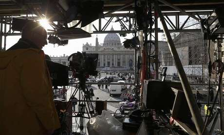 A technician works on structure set up for TV media in front of St. Peter's Square in Rome February 26, 2013. Foto: Alessandro Bianchi / Reuters