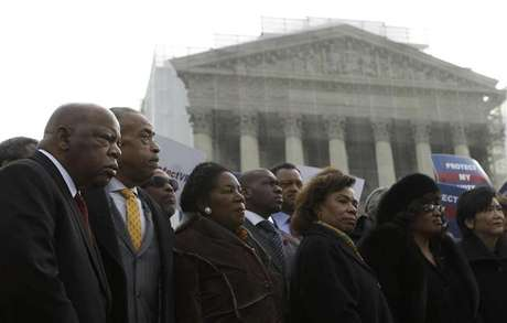 U.S. Rep. John Lewis (D-GA) (L) and Rev. Al Sharpton (2nd L) attend a voter's rights rally in front of the U.S. Supreme Court in Washington February 27, 2013. The U.S. Supreme Court on Wednesday will consider whether to strike down a key provision of a federal law designed to protect minority voters. During the one-hour oral argument, the nine justices will hear the claim made by officials from Shelby County, Alabama, that Section 5 of the Voting Rights Act is no longer needed. Foto: Gary Cameron / Reuters