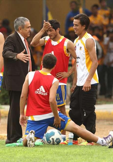 Alejandro Rodríguez, jerarca de la UANL charla con los argentinos Lucas Lobos y Damián Álvarez en una práctica felina. Foto: Mexsport