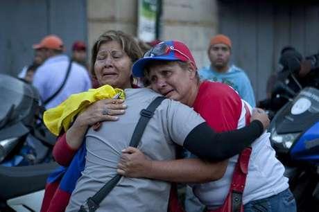 Partidarios de Chávez lloran  fallecimiento del líder político Foto: EFE