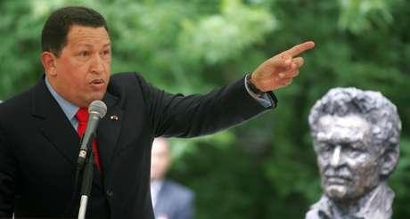 El entonces presidente Hugo Chávez, habla en Moscú ante un busto del escritor colombiano, Gabriel García Márquez, en 2007. Foto: Getty Images