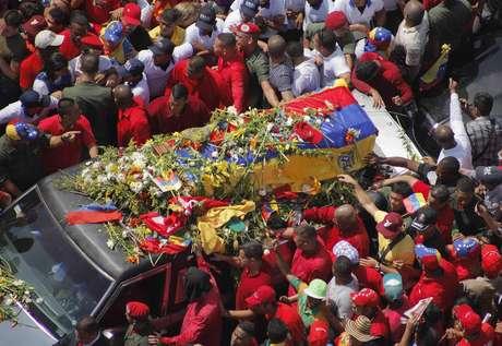 Hoy, nuevamente, el féretro de Hugo Chávez recorrerá varias calles de Caracas hasta arribar a su nuevo sitio de descanso, el Museo Militar 4 de febrero. Foto: STRINGER/VENEZUELA / REUTERS