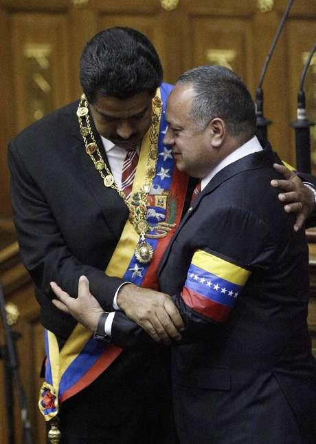 Diosdado Cabello (d), presidente de la Asamblea Nacional, viajó este lunes a Roma, donde asistirá en representación del gobierno venezolano, a la coronación del máximo líder de la iglesia católica. Foto: Fernando Llano / AP