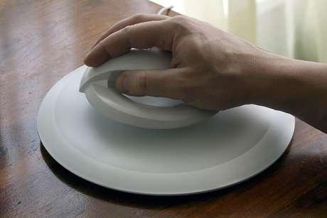 El anillo cuenta con imanes que hacen contacto con la base y permite al accesorio levitar Foto: Divulgación