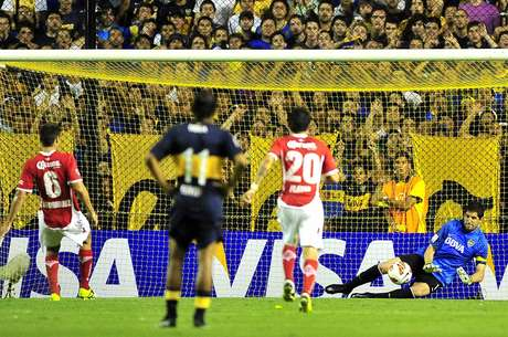 Orión le ataja el penal a Rodríguez del Toluca, fue uno de los seis penales que le cobraron a Boca en nueve partidos: 3 fueron goles y 3 fueron errados Foto: Télam