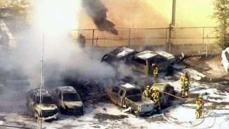 El accidente dejó, además,una docena de carros requemados en el lugar. Se descartaron víctimas en tierra. Foto: AP