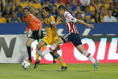 Lucas Lobos falló un penalti en el empate de Tigres 1-1 ante Chivas. Foto: Mexsport