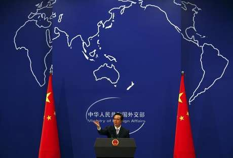 China's Foreign Ministry spokesman Hong Lei asks journalists for questions during a news conference in Beijing July 7, 2011. Foto: David Gray / Reuters