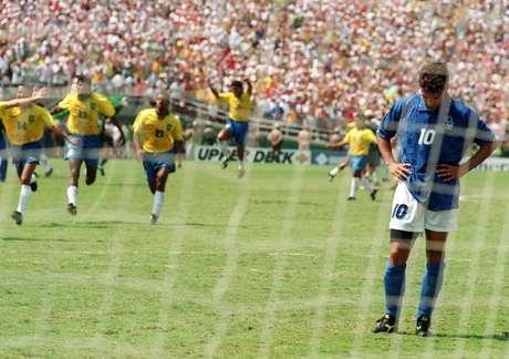 Los jugadores de Brasil corren para celebrar el título mundial en Estados Unidos 1994, luego de que Roberto Baggio falló el quinto penal. Foto: AFP