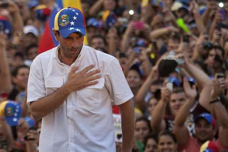 El líder opositor venezolano, Henrique Capriles, realizó acto político este jueves, en su visita al Estado Carabobo-Naguanagua (Venezuela) Foto: Boris Vergara / EFE en español