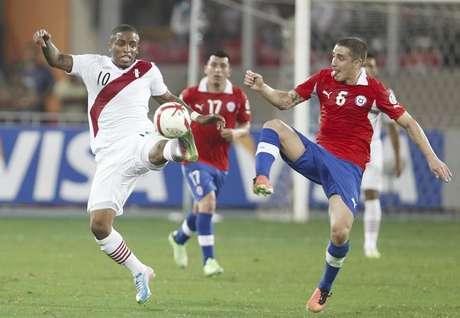 Farfán dejó todo en la cancha y rompió una racha de ocho derrotas consecutivas ante Chile Foto: Martin Mejia / AP