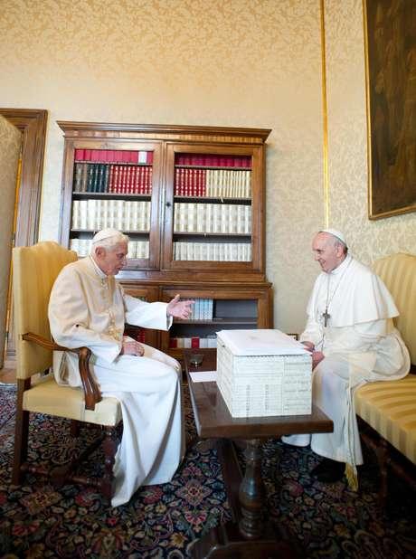 En un histórico encuentro para la Iglesia católica, el papa Francisco, a la derecha, conversa con su antecesor Benedicto XVI en Castel Gandolfo, el sábado 23 de marzo de 2013.  Foto: Osservatore Romano / AP