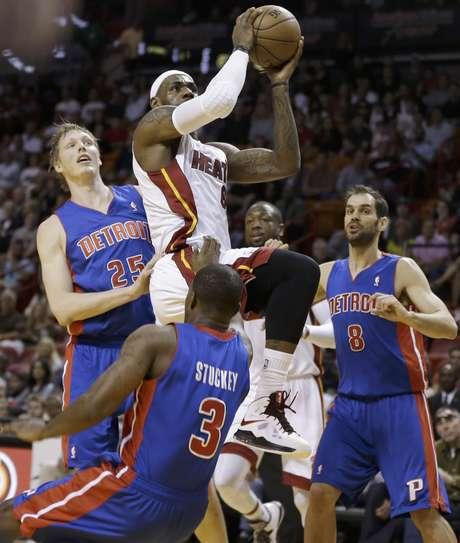 El jugador del Heat de Miami, LeBron James (6), intenta un tiro ante la defensa de Detroit. Foto: J Pat Carter / AP