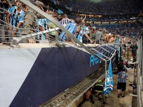 La barrera de protección en la Arena Gremio cedió y ocho personas resultaron heridas. Foto: AFP