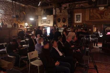Por 60 euros el público disfruta de un espectáculo porno en vivo, mientras come cuscús y bebe champán. Foto: Théâtre Suçoir