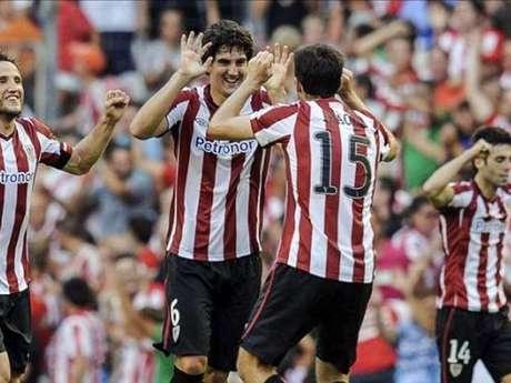 Mikel San José celebra con Ander Iraola un gol del Athletic Club Foto: EFE en español