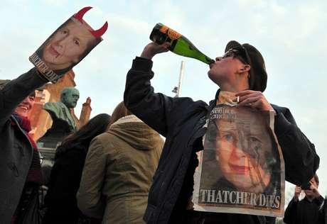 """Varias personas bebían cervezas en lata y botellas de vino coreando: """"¡Está muerta!"""". Foto: AFP"""