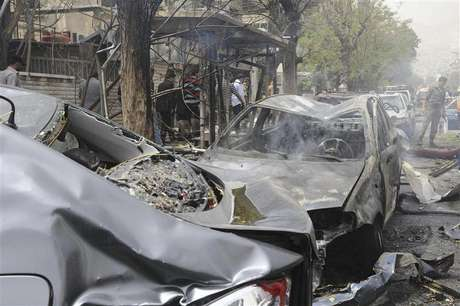 A view shows wreckage of cars after a suicide car bomb exploded in the main business district of Damascus April 8, 2013, in this handout photograph distributed by Syria's national news agency SANA .The death toll from a suicide car bomb which exploded in central Damascus on Monday rose to 15, with 47 wounded, Syrian state television said. Foto: SANA / Reuters