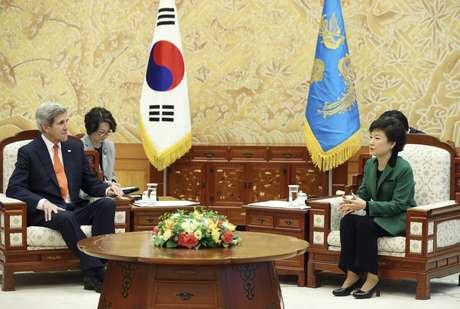 La presidenta surcoreana, Park Geun-Hye (der.), conversa con el secretario de estado estadounidense, John Kerry (izq.), en Seúl (Corea del Sur) este viernes 12 de abril de 2013. Foto: EFE