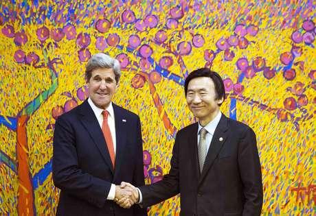 El secretario de Estado norteamericano John Kerry y el ministro de Relaciones Exteriores de Corea del Sur, Yun Byung-se, posan para los fotógrafos antes de reuniones privadas en Seúl, el viernes 12 de abril de 2013.  Foto: Paul J. Richards, Pool / AP