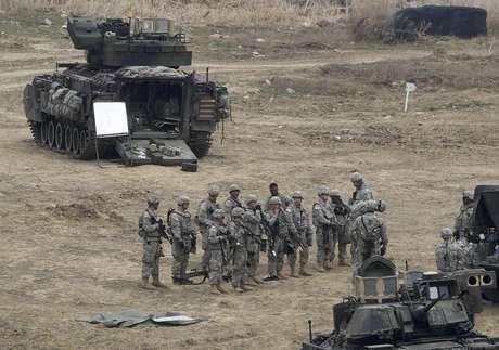 Soldados estadounidenses y surcoreanos participan en un ejercicio militar en Paju, Corea del Sur, el 16 de abril del 2013. Ese mismo día, Corea del Norte intensificó su retórica contra Estados Unidos y Corea del Sur, que están observando atentamente si Pyongyang llevará a cabo una prueba de un misil de mediano alcance en desafío a la comunidad internacional. Foto: Ahn Young-joon / AP