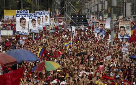 Supporters of opposition leader Henrique Capriles demonstrate for a recount of the votes in Sunday's election, in Caracas, April 15, 2013. Foto: Tomas Bravo / Reuters